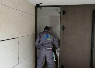 Hotel Lora čišćenje stakla na vratima