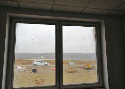Zaprljani prozor kome treba čišćenje