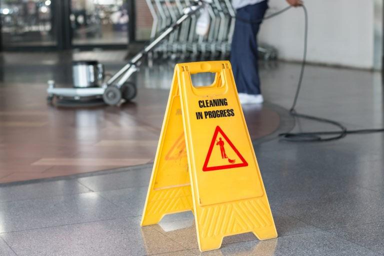 Da li treba da angažujete usluge čišćenja za svoj objekat?